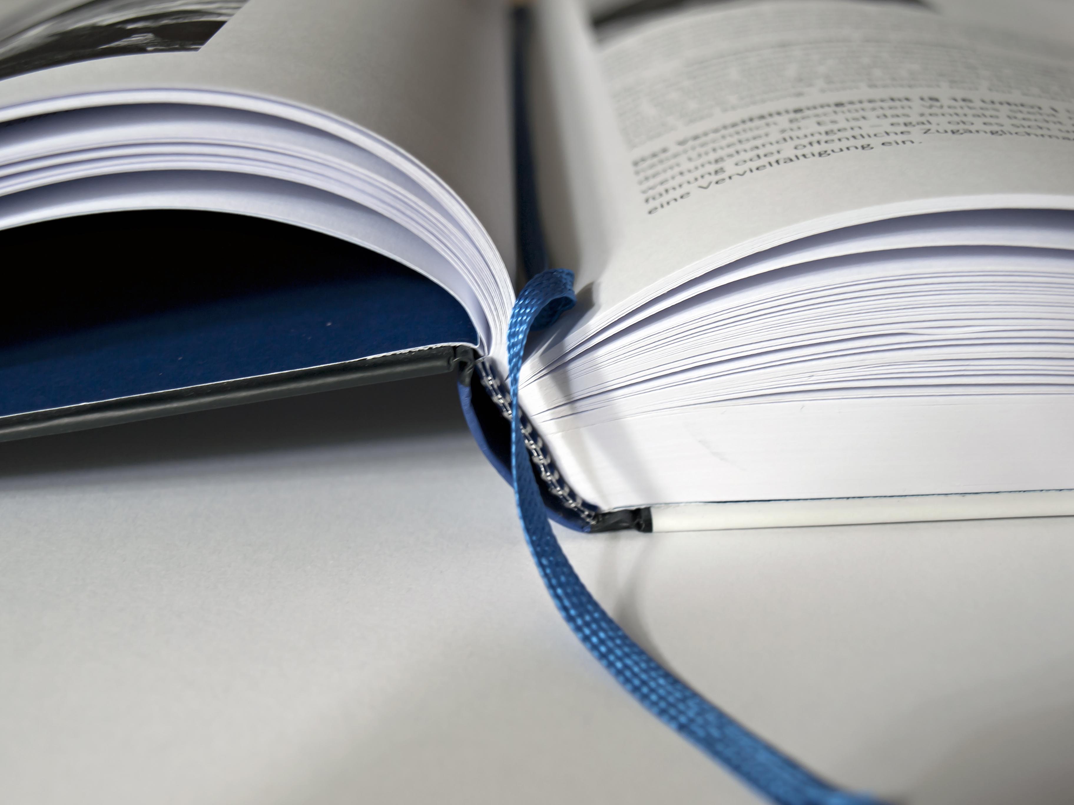 Buch mit blauem Lesebändchen