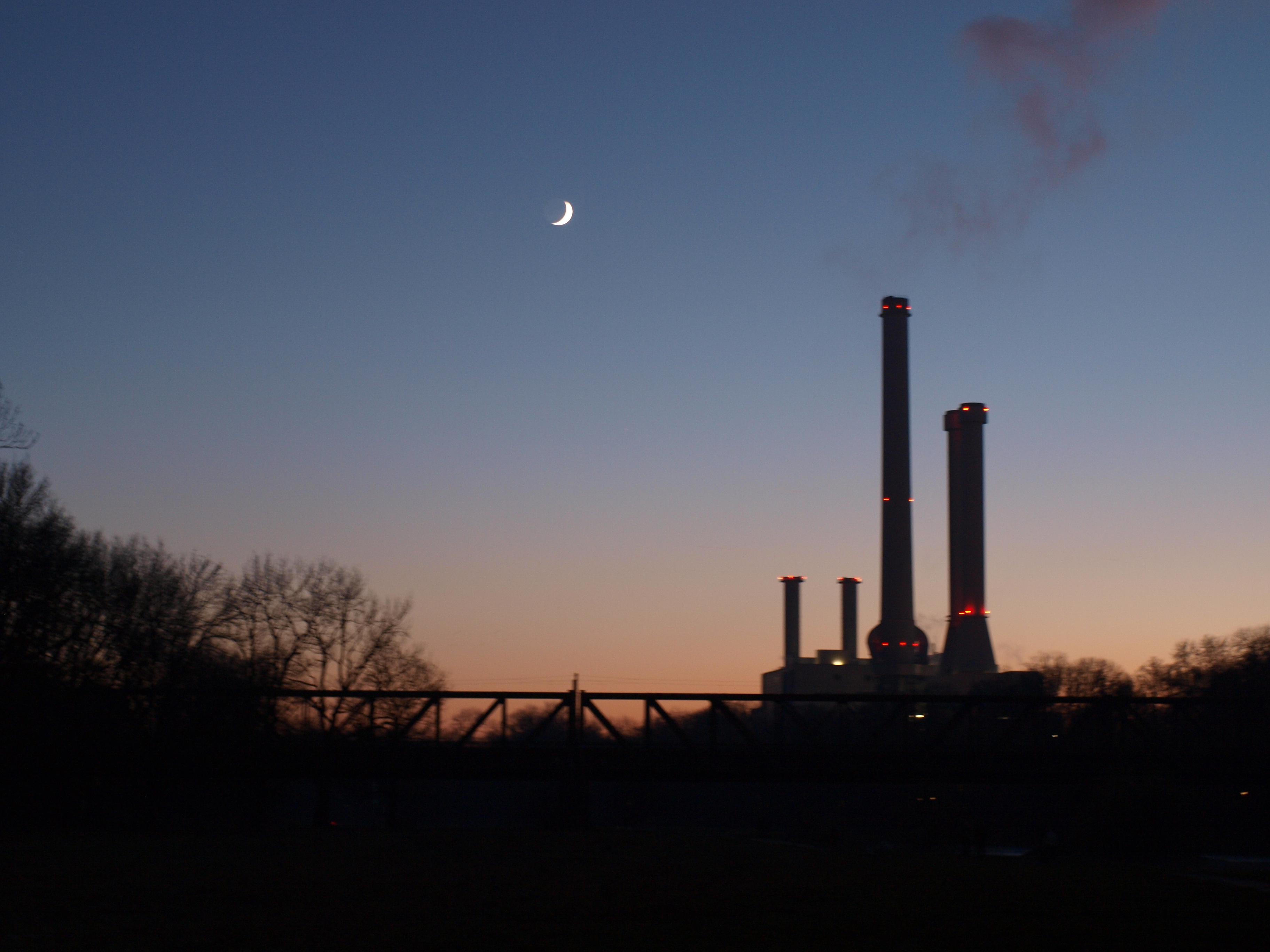 Fernwärme-Heizkraftwerk an der Isar in kalter Nacht
