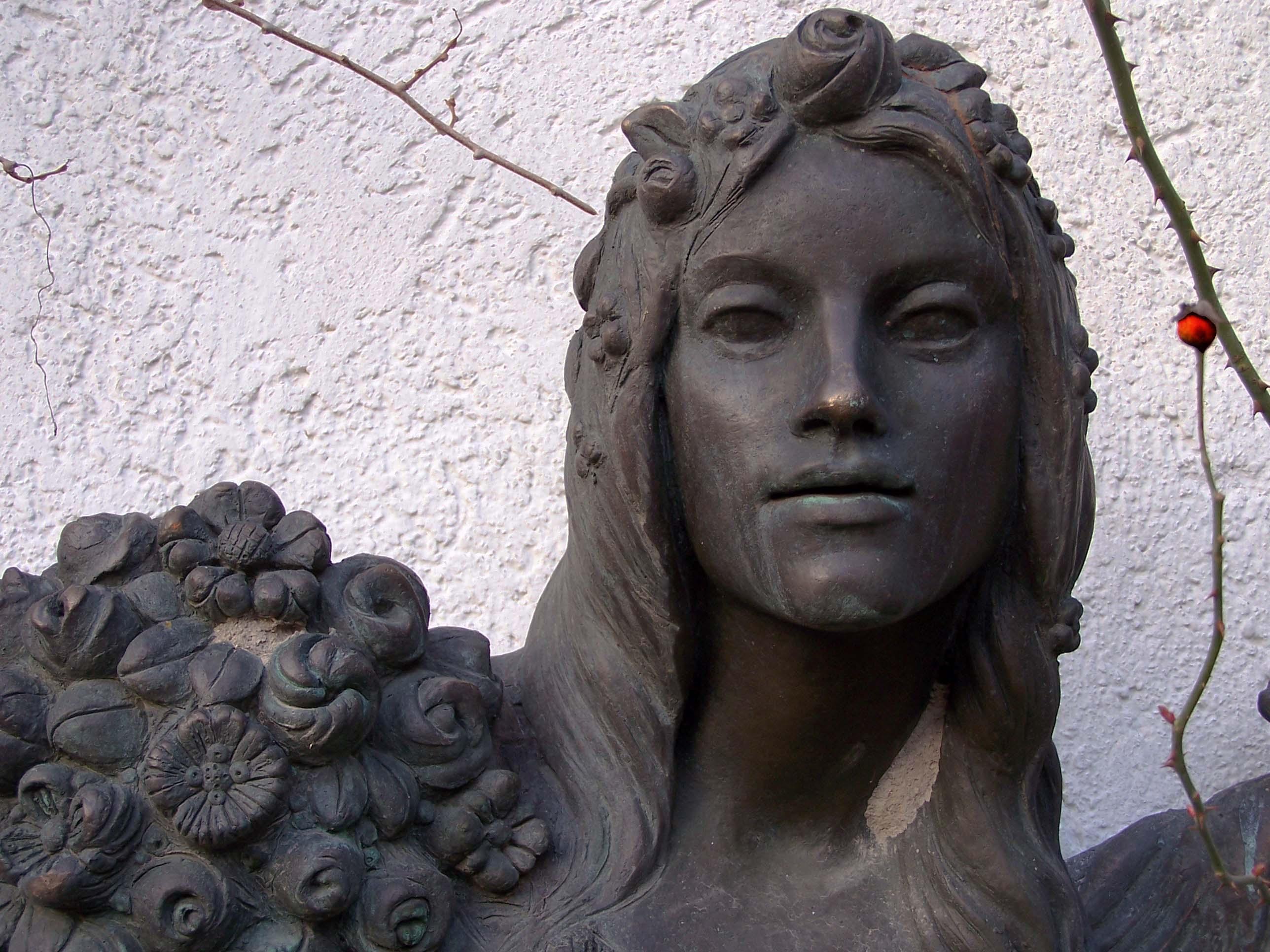 Frauenfigur im Rosengarten, München
