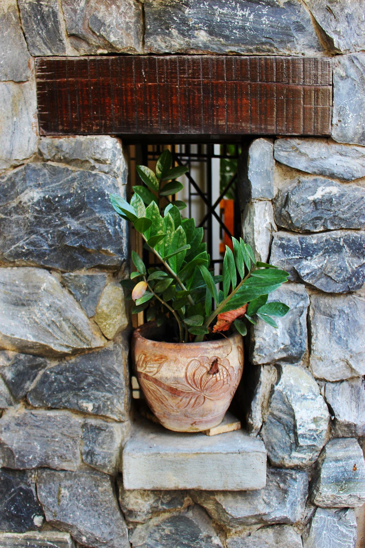 Blumentopf in Mauernische